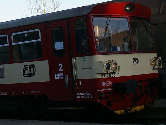 V Tachově lidé o spoje nepřišli, ale některé vlaky jezdí o několik minut dříve, jiné mají posunutý odjezd.