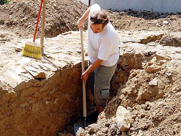Odborníci tvrdí, že masiv je pozůstatkem tvrze, nebo sloužil jako hradba. Archeolog Nikola Rajman (na snímku při práci na nálezu) uvádí, že objev  ve Svojšíně patří na Tachovsku mezi nejvýznamnější.