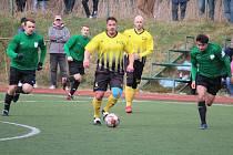 Utkání fotbalové I.A třídy Start Bělá nad Radbuzou (ve žlutém zleva Jaroslav Malý a Martin Blacký) proti Sokolu Kralovice (vpravo Martin Bulín).