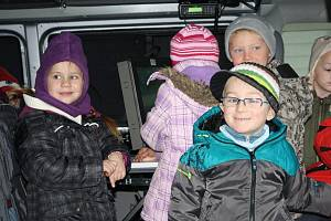 Děti z Mateřské školy Pošumavská z Tachova navštívily ve čtvrtek policii. Navštívily několik specializovaných pracovišť, prohlédly si vybení služebních vozidel, technik jim dokonce odebral otisky prstů.