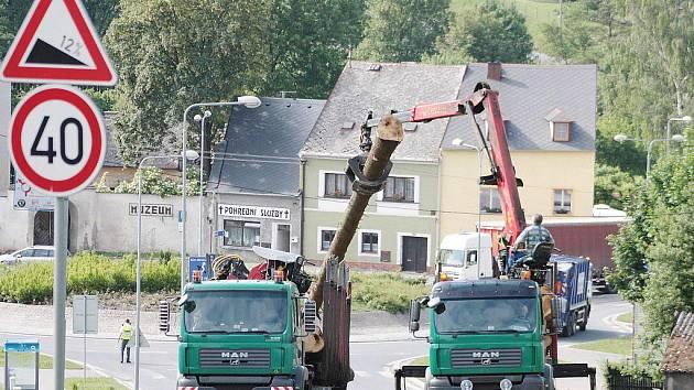 Plně naložený kamion dřevem blokoval v pátek ráno tachovskou ulici Panenskou.