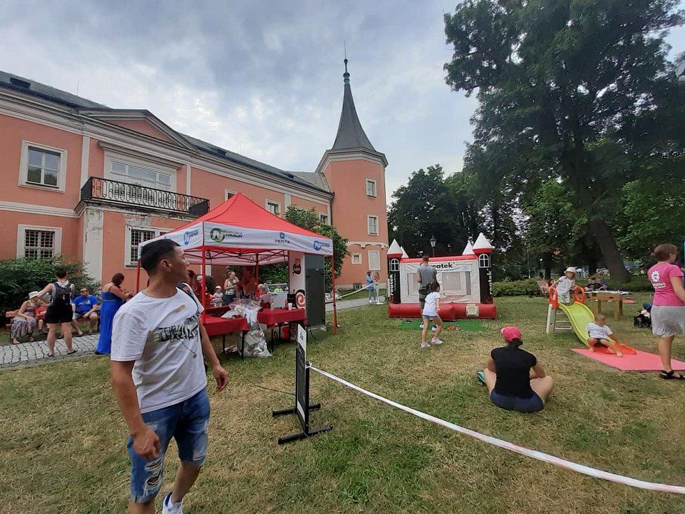 Vůně linoucí se na každém kroku a z každého koutu, skvělá nálada, příjemná hudba a plná spokojená břicha. O tom byl především druhý ročník Food festivalu v Sokolově, který se konal přímo v zámecké zahradě.