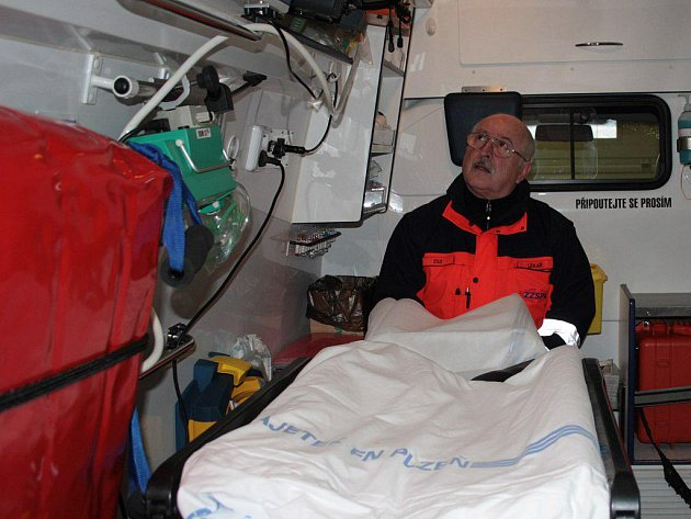 V SANITNÍM VOZE. Jak říká Karel Lysý, záchranáři mají vždy radost, když předávají pacienta v nemocnici a on se jim takzvaně povedl, zachránili mu život.