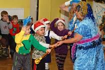 Děti ze dvou mateřinek si užívaly středeční dopoledne při pohádce, hrách a rozdávání dárků.