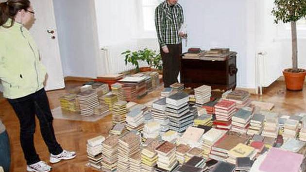 Pracovníci zámku Petra Tikalová a Pavel Voltr u 1300 knih, které se po desítkách let vrátily na tachovský zámek.