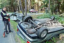 Náraz byl tak silný, že oba vozy skončily v příkopě. Cizincův se navíc převrátil na střechu