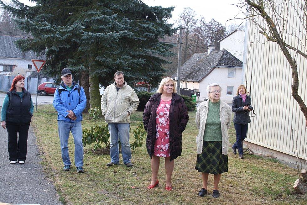 Nová pracovnice pobočky pošty ve Starém Sedlišti Lenka Málková se krátce po otevření nových prostor pustila s chutí do práce.