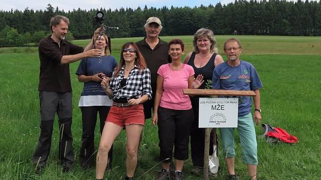 Dobrovolníci z Tachovska obnovili a znovu označili destičku pramene Mže.