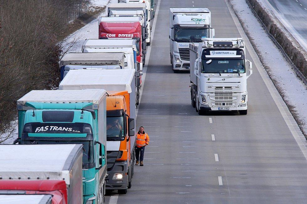 Kolony kamionů na dálnici D5. Fotografie těsně před bývalým dálničním hraničním přechodem Rozvadov.
