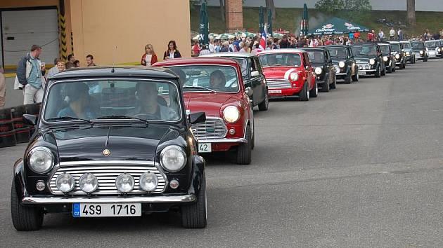 V sobotu 10. července budou v Chodové plané k vidění britské Mini Coopery, přijedou sem na pravidelný sraz, jehož součástí bude i navigační rallye