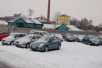 TACHOV.  Prodejna ojetin i nových automobilů v Tachově nehlásí, stejně tak jako jiní prodejci, problémy s prodejem. Dealeři si myslí, že krize je médii jen zveličována.