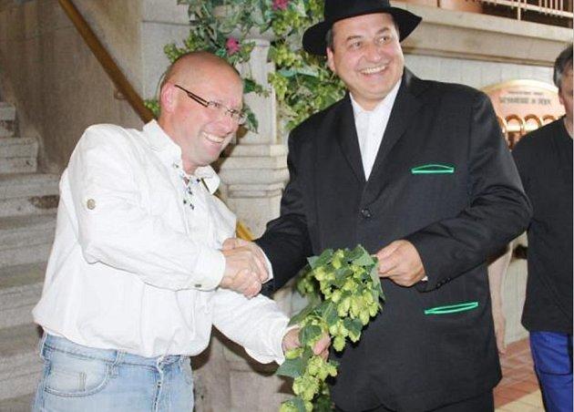 Jiří Plevka a chmelař Jiří Vent se symbolickou chmelovou ratolestí.