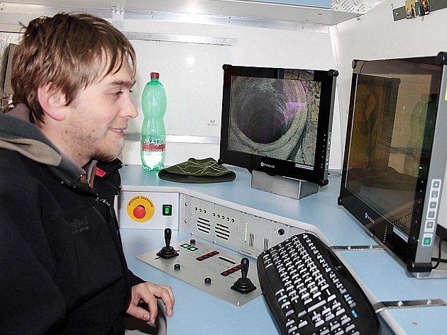Operátor David Petr na monitoru ve vozidle sledoval cestu robota s kamerou