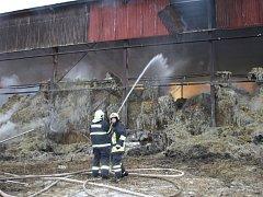 Požár sena a haly v Lesné.