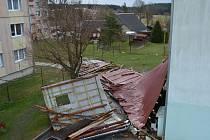 Silný poryv větru sundal střechu bytovky v Lomu u Tachova