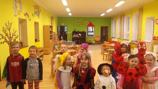 Slovy říkanky přivolaly do mateřské školy děti maškarní rej.