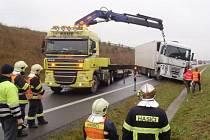 HAVAROVANÝ kamion blokoval oba jízdní pruhy a bylo třeba povolat těžkou techniku, aby byl provoz umožněn kyvadlově alespoň jedním pruhem.