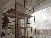 V KOSTELE SV. JIŘÍ V ČERNOŠÍNĚ začaly restaurátorské práce na vnitřních omítkách. Hotovo má být do konce září.