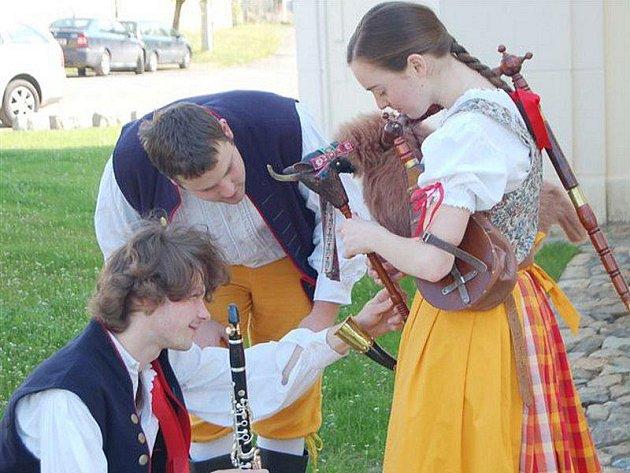 Malý lidový soubor z Plzně hrál v sobotu v nově rekonstruované kapli v Ostrově u Stříbra. Před koncertem bylo třeba naladit nástroje.
