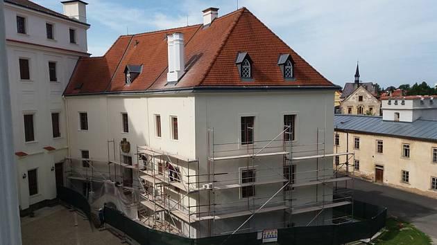 Severní křídlo borského zámku má již nové fasády, nyní jej čeká obnova interiérů.