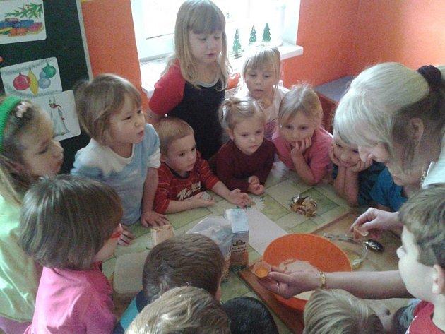 JAK SE peče cukroví dětem ukázala sama ředitelka mateřské školy v Tisové Alena Pinďáková.