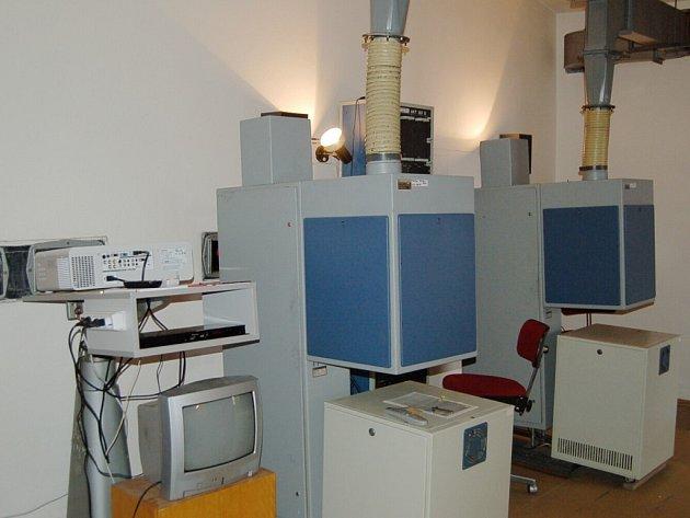 Ve Stříbře mají nyní zkušební provoz takzvaného blueray. Tato technika (na fotografii vlevo) je o poznání menší, než původní promítací zařízení