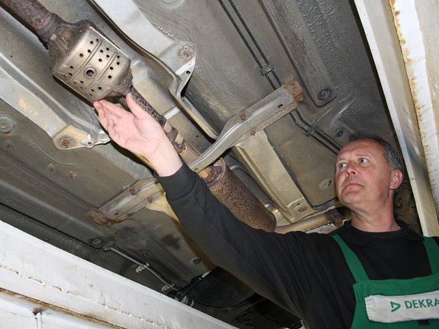 TECHNIK TACHOVSKÉ STK Miroslav Prchlík v době naší návštěvy právě kontroloval podvozek osobního automobilu Škoda Fabia.