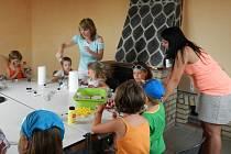 Víchovské děti při výtvarné činnosti, v prostorách KC Víchov