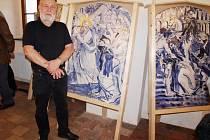 FRANTIŠEK ŠVANCAR, který přestavuje jedno ze svých děl, jež ztvárnil společně s malířem Ivanem Komárkem.