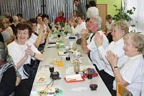 POTLESKEM VÍTALI členové Klubu českých turistů Tachov hosty svojí valné hromady. Přijeli za nimi turisté z několika okolních klubů.