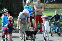 Děti soutěžily na kolech, dospělí se stavebním kolečkem