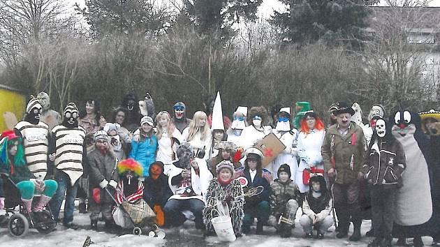 Přibližně čtyřicet maskovaných účastníků měl tradiční maškarní průvod v Damnově.