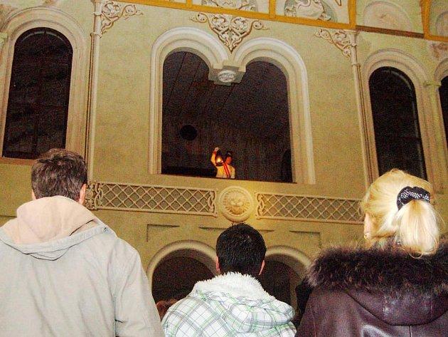 Na snímku vystupuje Pavel Voltr v lóži knížete Windischgrätze, stavitele jízdárny