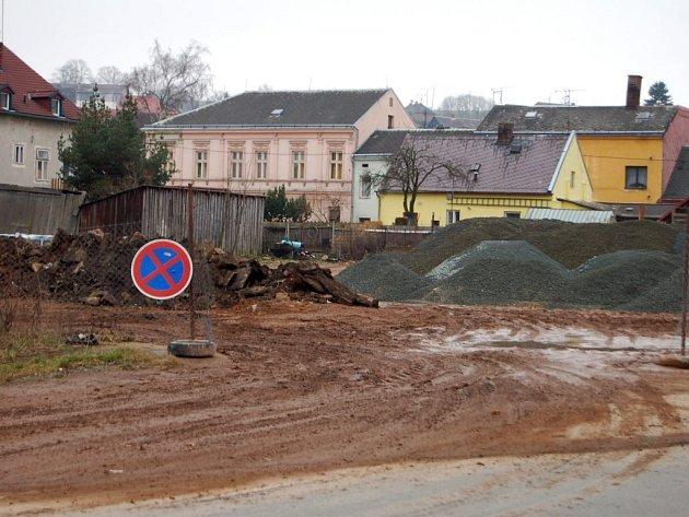 Zatím jsou na tomto místě  haldy štěrku.  Za dva roky možná nová silnice a obytné domy.