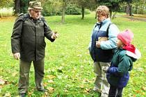 ČTYŘI DESÍTKY LET SE VĚNUJE Karel Machač ornitologii. Vydatnou pomocnicí mu při pozorování a evidenci je manželka Růžena Machačová, která nechyběla ani v sobotu při letos prvním zimním sčítání vodního ptactva. Doprovod jim dělala i vnučka Růženka.