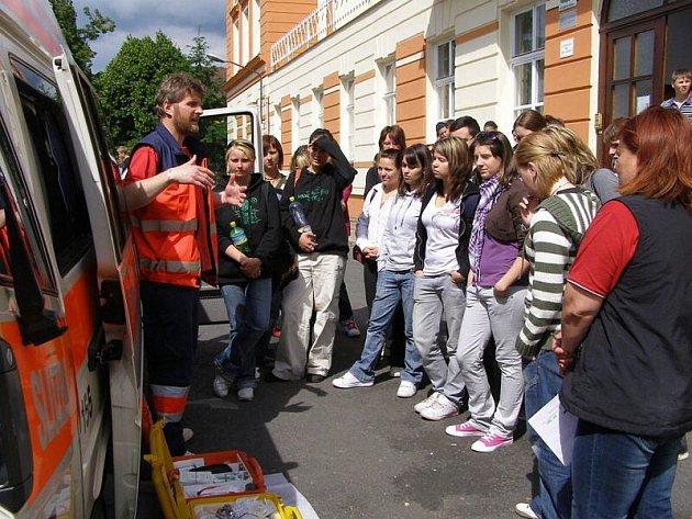 Den zdraví s ukázkami první pomoci, hasičské a policejní práce, prožili studenti ve Stříbře.