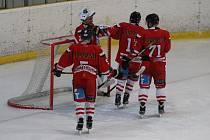 Hokejový Tachov (hráči na archivním snímku) se pokusí překvapit favorita a ujmout se vedení v sérii.