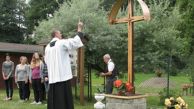 Trnovou zdobí nové dílo, kříž