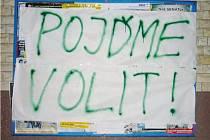 VEŘEJNÉ plakátovací plochy někdo ve Stříbře přelepil tímto nápisem. Bez objednávky a povolení.