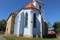 Zachraňovaný kostel dostává novou fasádu