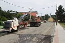 SPECIÁLNÍ STROJE už odfrézovaly na hlavním průtahu obcí Hošťka povrch vozovky a mohou nastoupit asfaltéři na položení nového koberce.