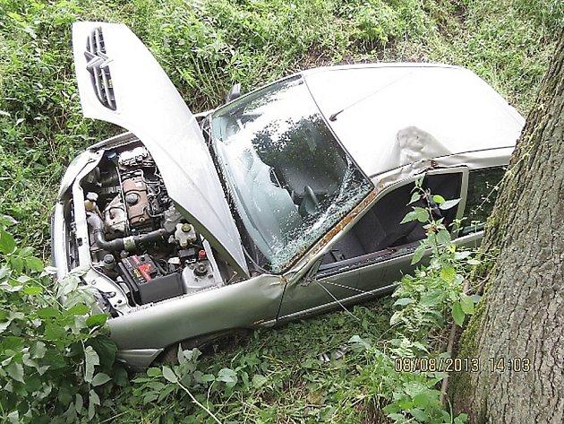 Čtyřiaosmdesátiletý šofér usnul za volantem a sjel do rokle, kde se zastavil o strom.