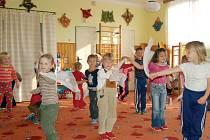 Děti z kladrubské mateřské školy (na snímku) se mohly za peníze obdržené za vítězství ve sběru PET lahví zúčastnit například také výletu.