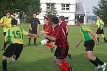 První přípravné utkání sehrálo mužstvo FK Tachov (v tmavém) s T. Přimda. Na hřišti Sparty Dlouhý Újezd vyhrálo vysoko 8:0.