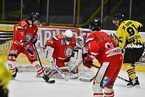 HC Baník Sokolov B (ve žlutém) porazil Tachov (v červených dresech) 4:3 po samostatných nájezdech.