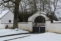 Hřbitovní zeď ve Starém Sedle čeká v letošním roce kompletní oprava.
