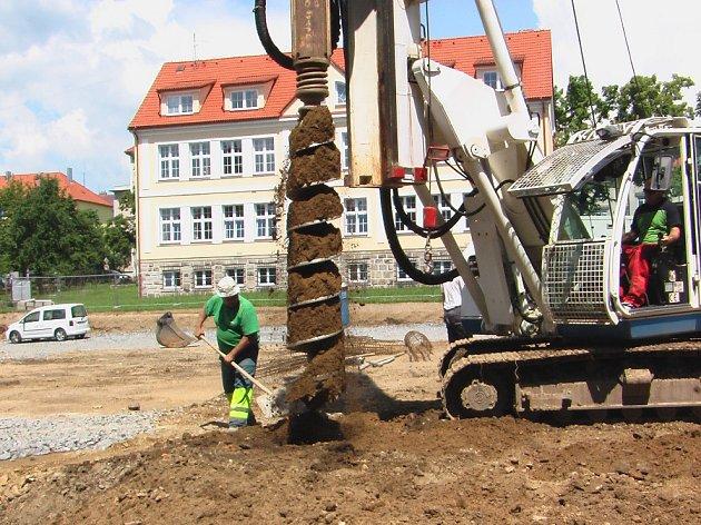 Stavba bytových domů pod Revisem odhalila podzemní vodní nádrže a zbytky odpadu ze staré školy.