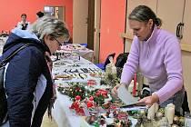 Řemeslníci vystavovali vánoční dekorace.