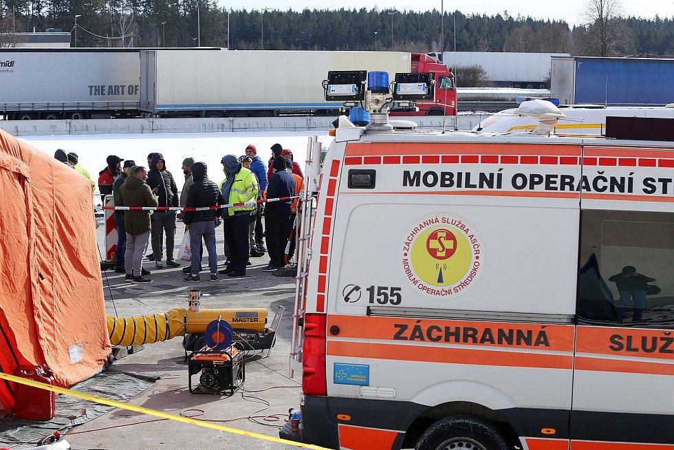 Řidiči kamionů čekají na testování  na Covid na bývalém dálničním hraničním přechodu Rozvadov.