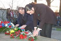 Květiny k hromadnému hrobu obětí pochodu smrti položili v urnovém háji také Jiří Kašpárek a Jiří Nenutil.